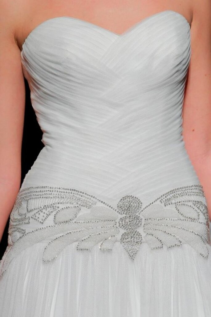 Detalles femeninos en los vestidos de novia Rosa Clará 2014