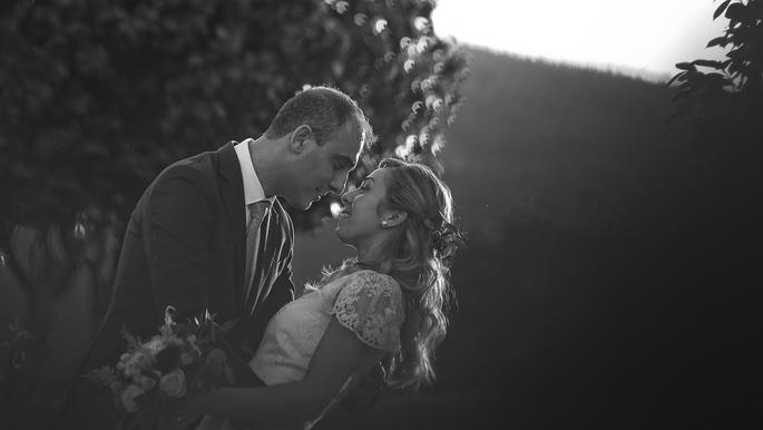 Foto a preto e branco de noivos