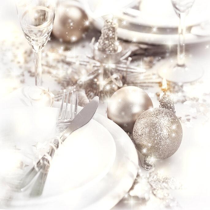 Mesa decorada en blanco y plata. Foto vía Shuterstock