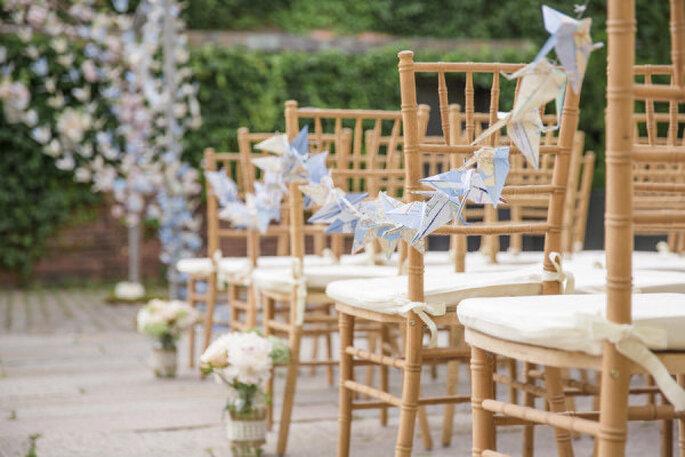 Las guirnaldas con grullas se usan también para decorar las sillas de la ceremonia. Foto: 1313 Photography
