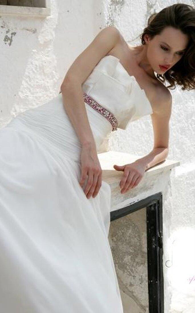 Abito senza bretelline stile principessa con cinturino sotto il seno in pietre