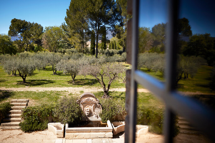 Le parc arboré d'olivier et la fontaine du Château de Sannes