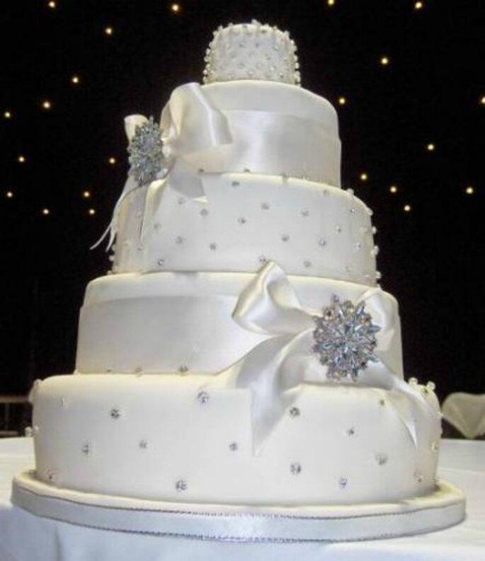 Wedding cake ricoperta di cristalli. Foto www.bigweddingcakecompany.co.uk