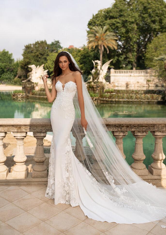 Vestido de novia con velo catedral