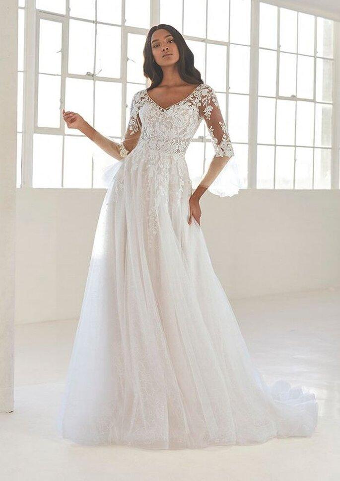 Robe de mariée simple avec une jupe en tulle et un bustier avec des manches trois quarts en dentelle