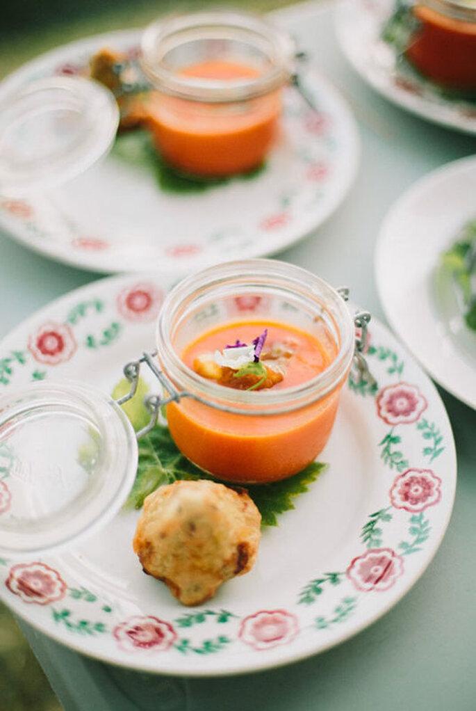 l'Eveil des Papilles - Soupes froides styles gaspacho servies sur une feuille dans une assiette à fleurs
