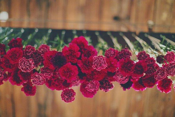 Inspiración en color rojo intenso para boda - Foto Levi Stolove Photography