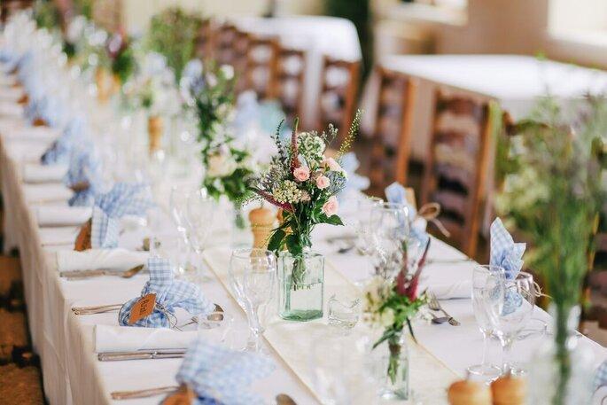 Soigneusement décorées, les tables sont prêtes pour la réception