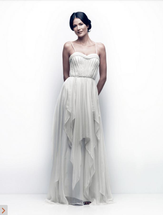 Vestido de novia con estilo simple y retazos desiguales de tela en la falda - Foto Catherine Deane