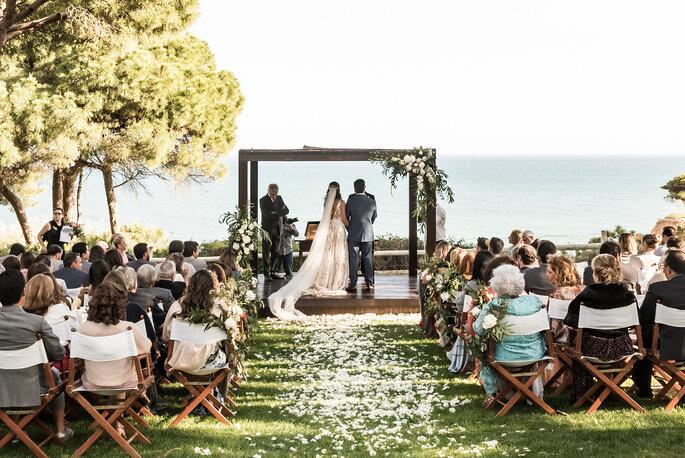 casamento ao ar livre com o mar como fundo