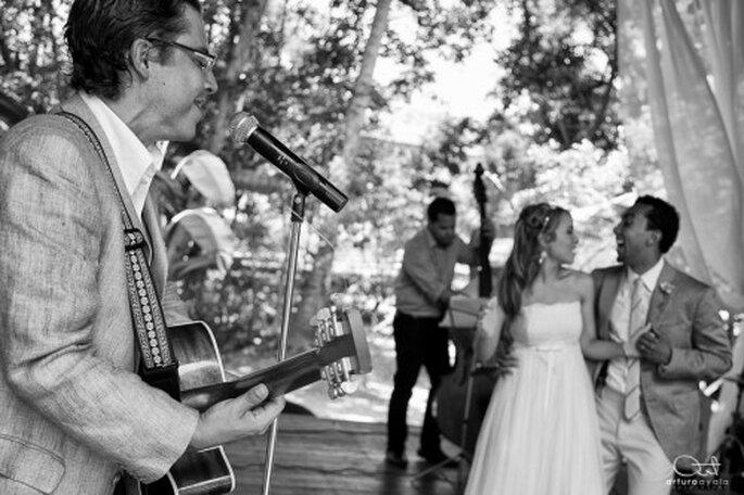 Ya sea en blanco y negro o a color, no olvides incluir la carpa en tu fotografía de bodas - Foto Arturo Ayala