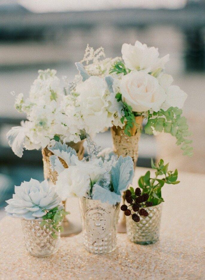 El suave color azul en los centros de mesa de tu boda - Foto Esther Sun Photography