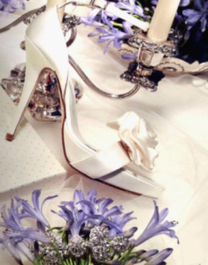 Pronovias acessórios 2010- Sapatos de salto alto com uma rosa na ponta