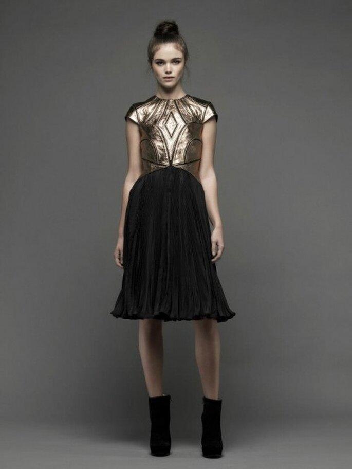 Vestido de fiesta corto con top metalizado y falda en color negro - Foto Catherine Deane