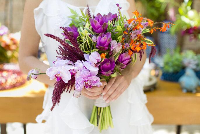 Buquê de noiva com predomínio de roxo
