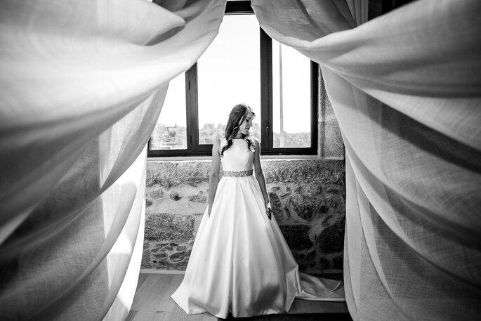 Foto a preto-e-branco da noiva