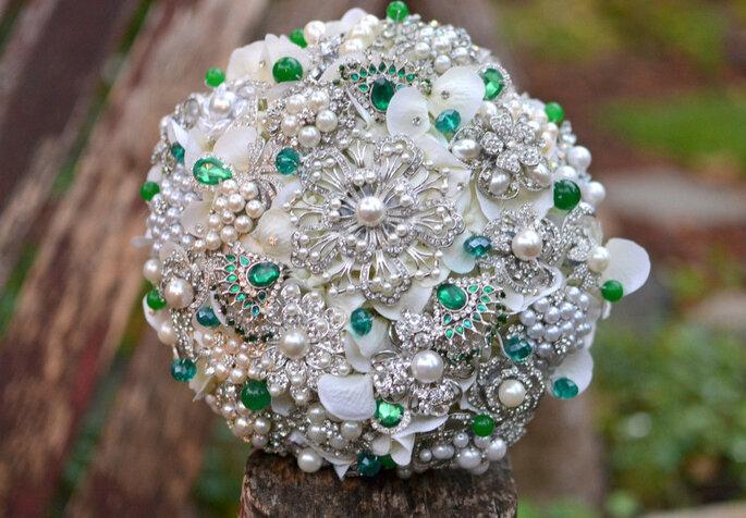 Bouquet de mariée en émeraudes et perles. Photo: www.etsy.com