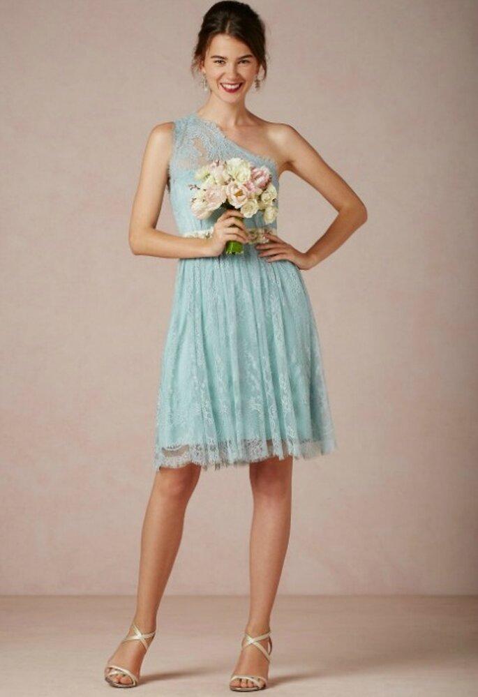 Vestido para damas de honor en encaje de color azul, de BHLDN.