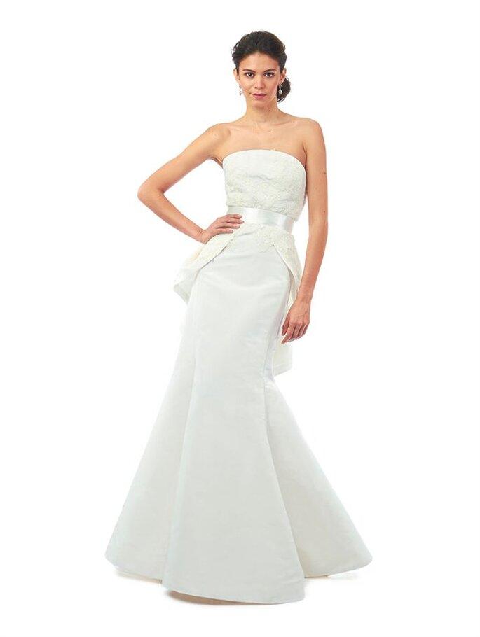 Vestido de novia con doble falda estilo peplum en seda blanca y rebordado de encaje marfil. Oscar de la Renta Colección Otoño 2014