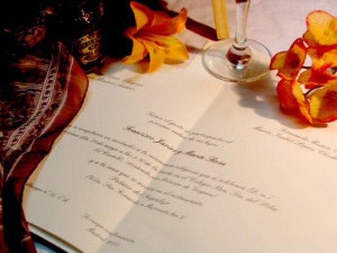 Invitación clásica sobre pasta de papel natural decorado con hojas otoñales