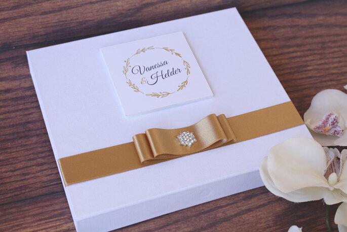 Elegante und edle Hochzeitspapeterie mit goldener Schleife