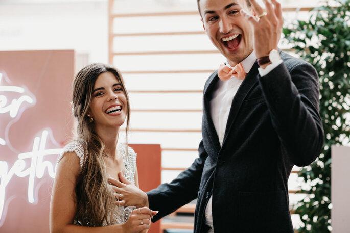 bräutigam trägt ihren verlobungsring