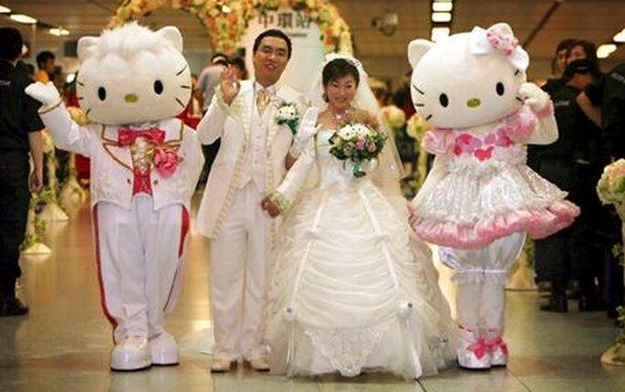 Pareja de novios en su boda con Hello Kitty