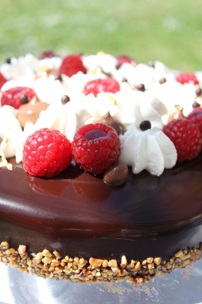Délices Éphémères - gâteau au chocolat avec des framboises, de la chantilly et des pépites de chocolat ainsi que des éclats de noisette