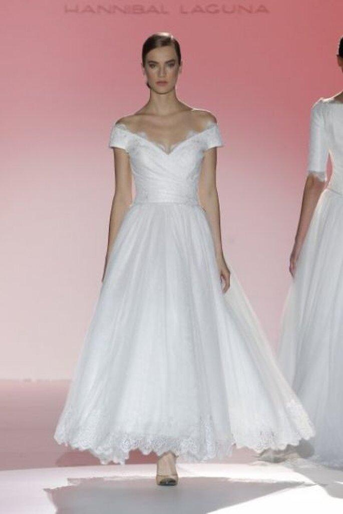 Vestido de novia con hombros caídos de Hannibal Laguna 2015
