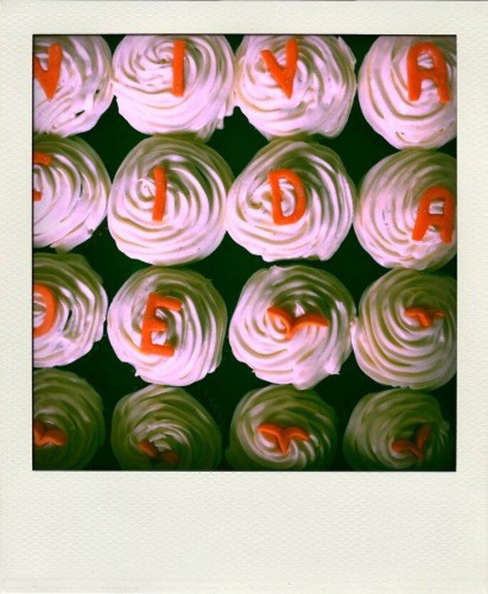 Personaliza los cupcakes para que combinen con el tema de tu boda. Foto de Tea Bake