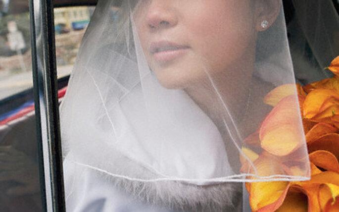 Una novia de otoño puede poner toques de color y plumas.