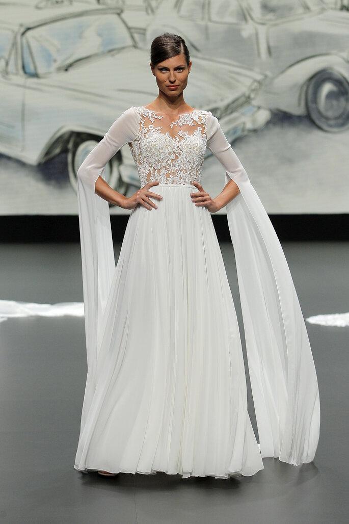 Barcelona Bridal Fashion Week St Patrick vestido de novia en corte princesa con torso efecto tatoo con transparencias, manga larga de volantes gigantes y falda amplia
