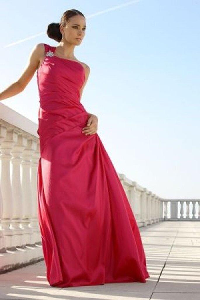 Ein Hochzeitskleid in auffallendem Rot aus der Ladybird-Kollektion 2012 - Photo © www.arnoldhenri.com