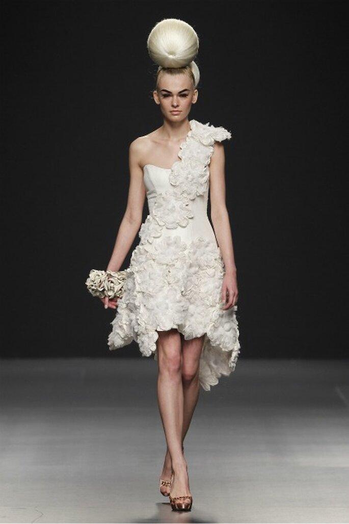 Vestidos de novia cortos y con largos asimétricos en la colección Jorge Terra 2012 - Ugo Camera / Ifema