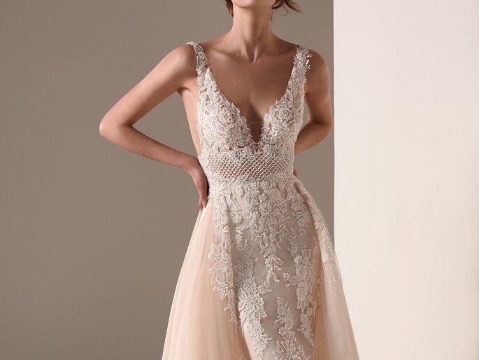 Vestido corte sereia rendado branco com sobressaia em cor de pêssego