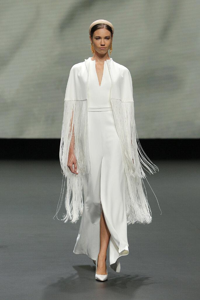 Colección Vestido de Novias 2021 Jesús Peiró vestido de novia asimétrico con apertura en el escote, con una capa de flecos de tela