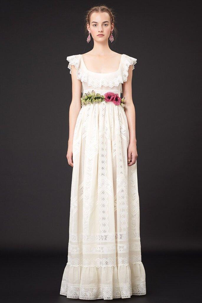 Vestido de fiesta en color blanco con escote redondeado y volados en el mismo, acompañado de un fajín de flores naturales - Foto Valentino