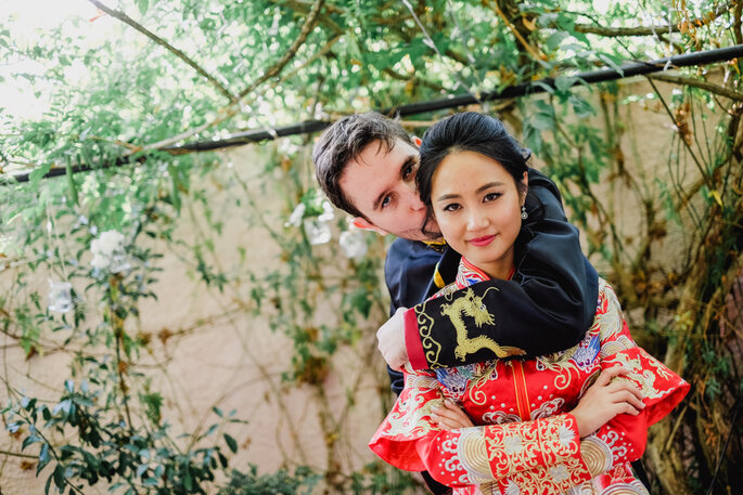 os noivos agarrados