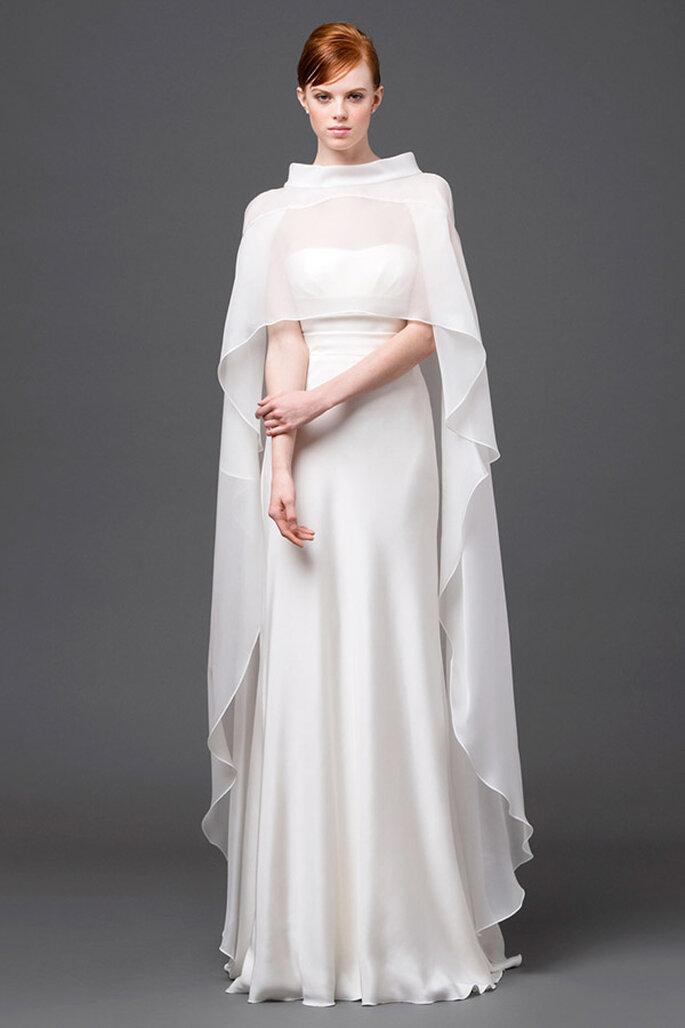 Vestido de novia de estilo natural con una hermosa capa que cubre el diseño a la perfección - Foto Alberta Ferretti
