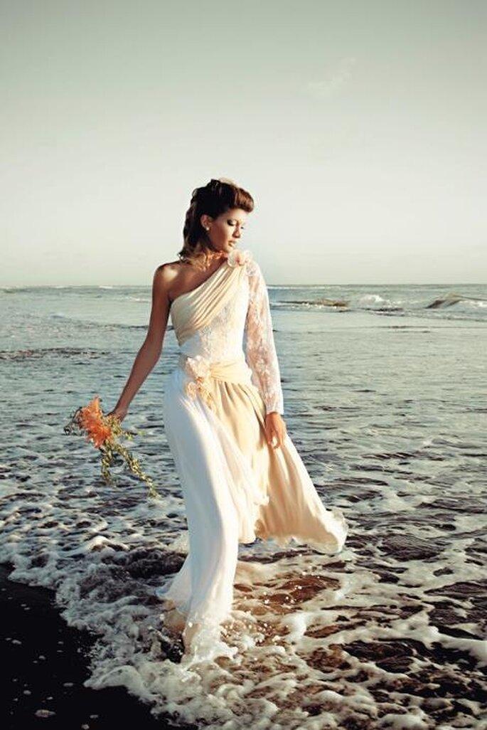 Für eine Strandhochzeit benötigen Sie auch das passende Brautkleid – Foto: mariana estrada