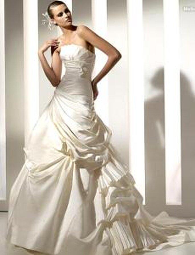 Pronovias 2010 - Melbourne, vestido largo de corte princesa, palabra de honor, líneas diagonales