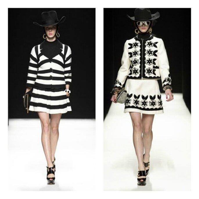 Due modelli composti da giacca e gonna in bianco e nero, a righe o con ricami floreali. Dettaglio glamour: la clutch e il cappello da cowgirl! Foto: Moschino