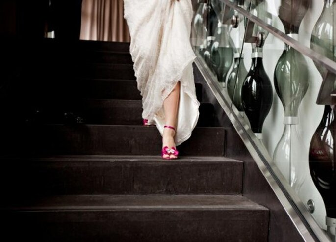 Calzature per una sposa romantica in fuxia. Foto: Jen Lynne