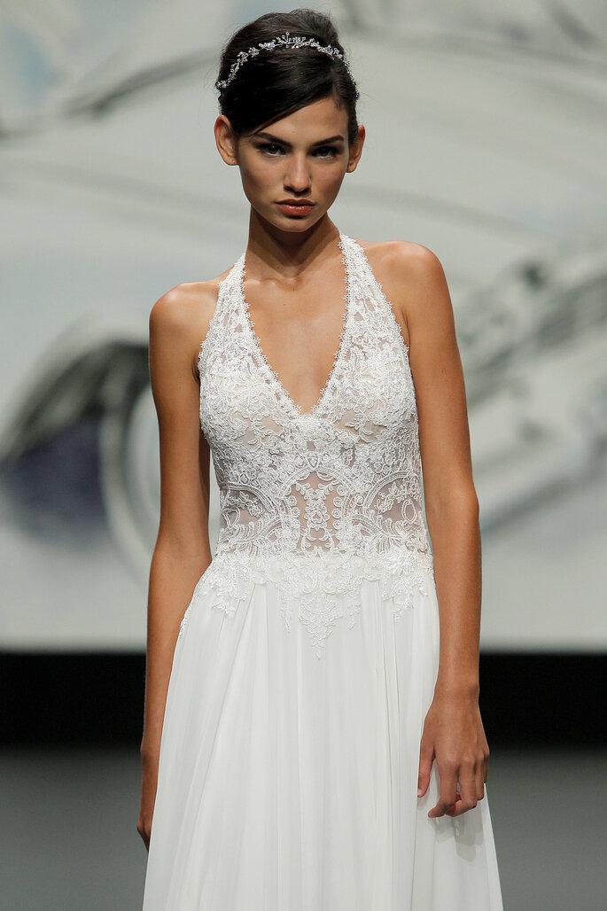 Barcelona Bridal Fashion Week St Patrick vestido de novia con el torso en efecto tatoo con escote en V y tirantes