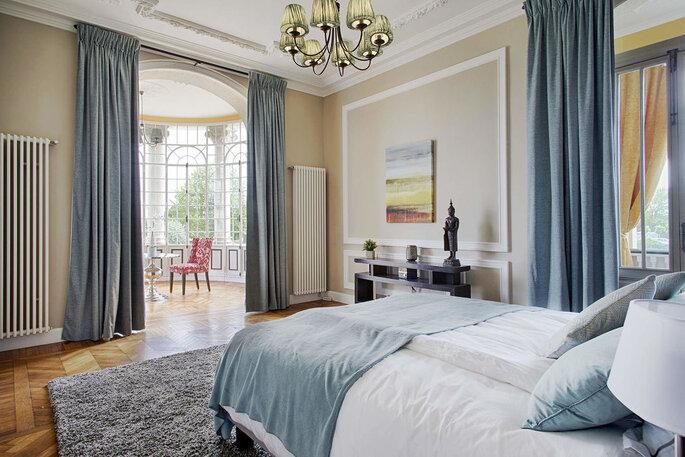 Suite luxueuse dans un château, très lumineuse avec sa grande baie vitrée arrondie