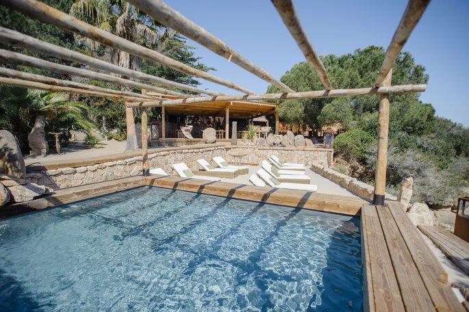 Piscine et transats au soleil en Corse