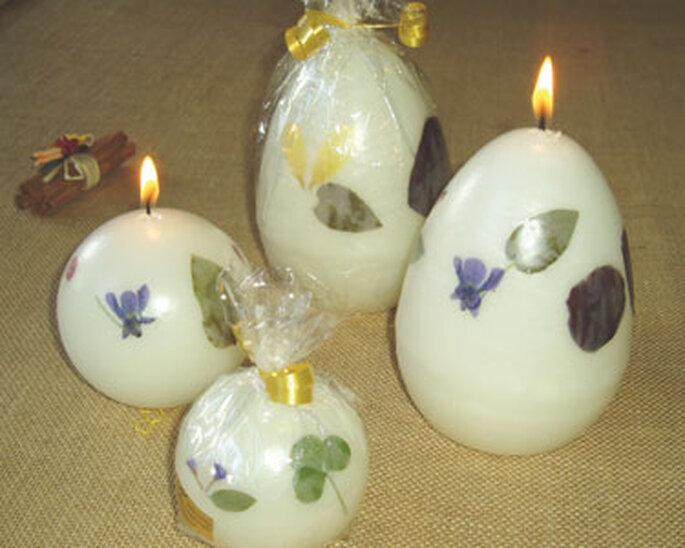 Bougies incrustées de fleurs séchées