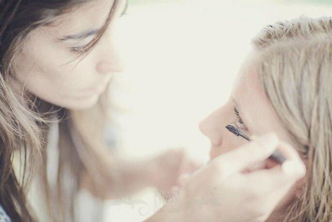 Maquilladora pintando a la novia- Foto: Fran Russo