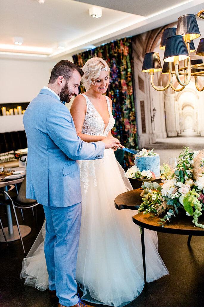 Das Brautpaar schneidet im Hotel K7 die Hochzeitstorte von Café Huttenhof an.