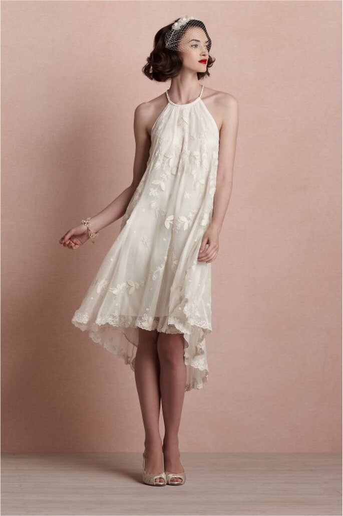 vestido de novia corto en color blanco con silueta amplia - Foto BHLDN